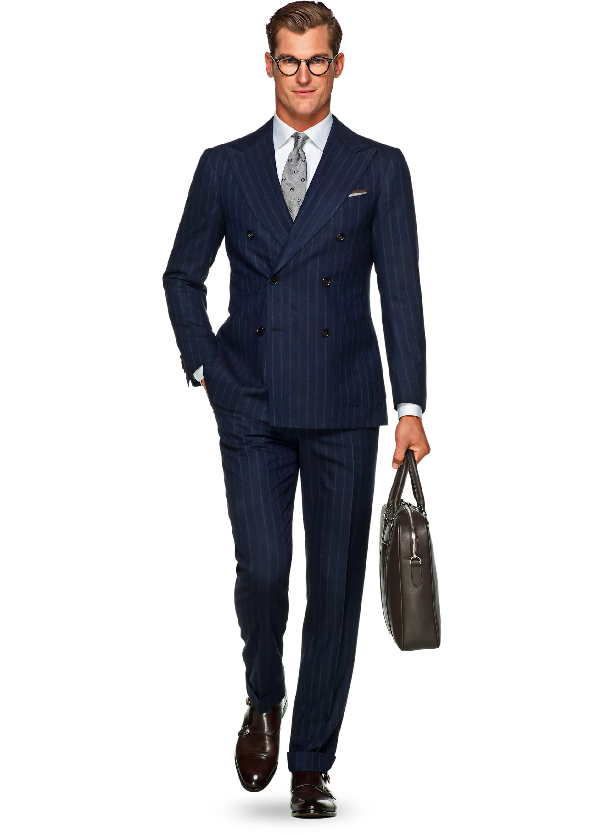 Dubbelknäppt kostym från Suitsupply med en högt placerad och kraftigt  vinklad gorge. Notera hur även knäppningen blir placerad högre upp och  slaget får en