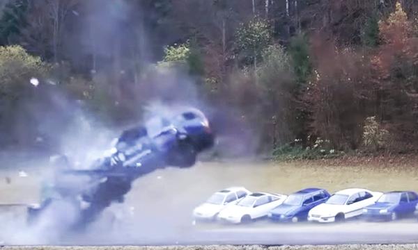 Galna filmen: Bilarna krockar i 200 km/h