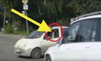 Kvinna visar fingret i trafiken – får sitt straff direkt