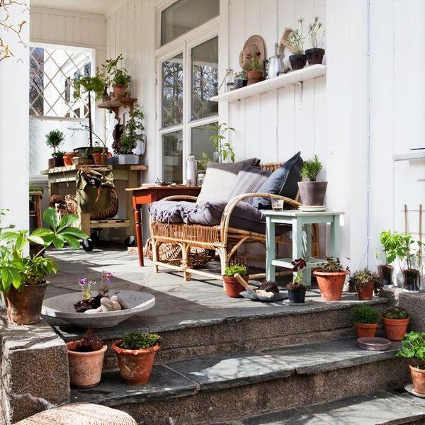 Naturmaterial och mycket växter ger vila och ro. Rottingsoffan med ...