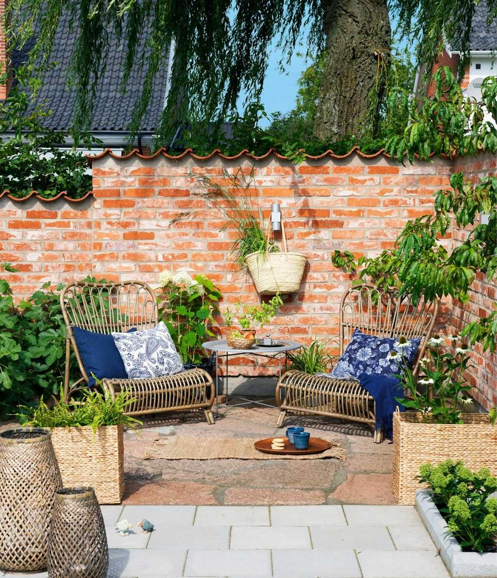 en varm och skyddad hörna i trädgården blir den ultimata uteplatsen ...
