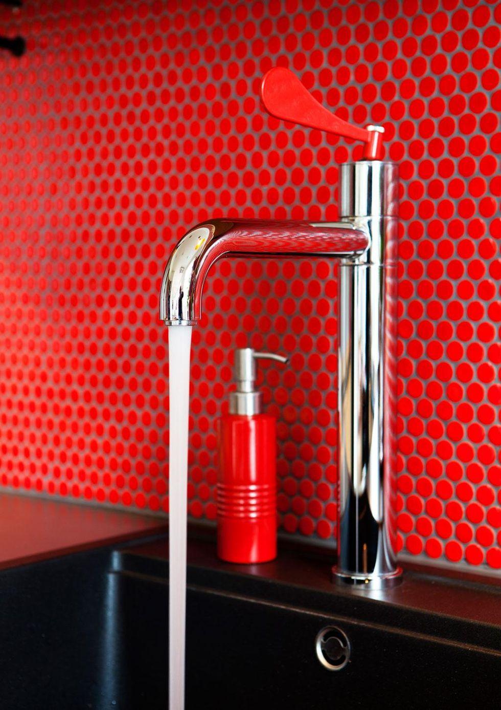 Hemtrevligt Kok : Vattenkranen valdes med stor omsorg for att passa till kokets