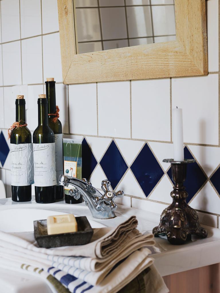 vita köksstolar : Udda linnehanddukar och vackra flaskor ger ...