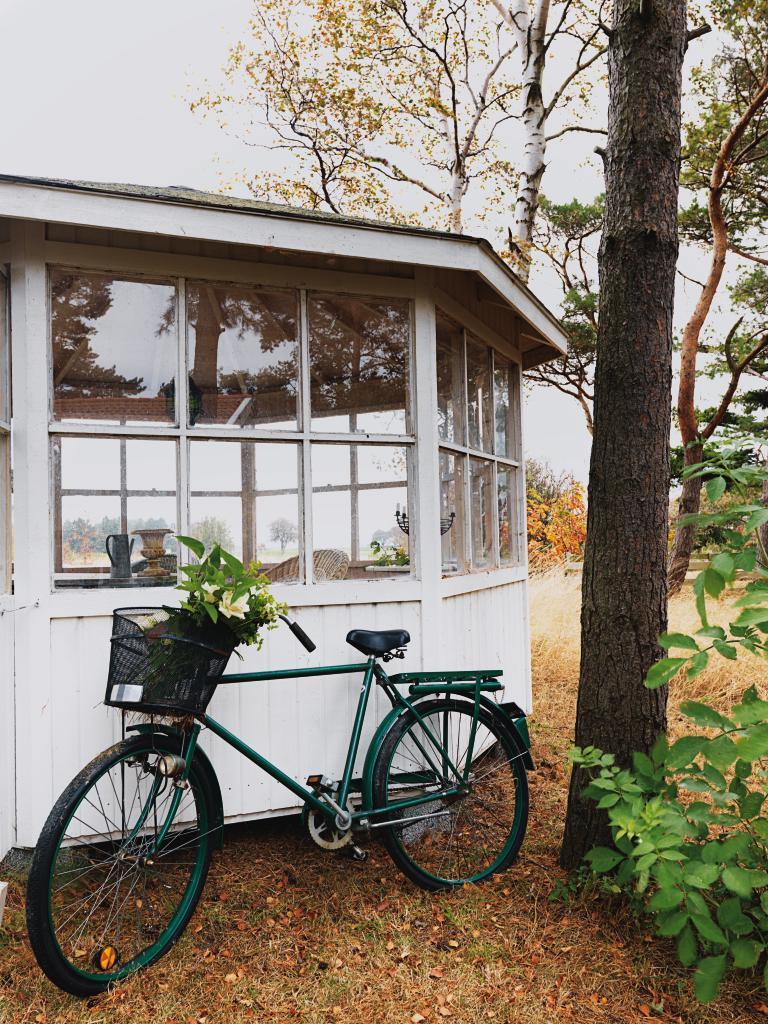 vita köksstolar : Det åttkantiga lusthuset är Arilds favoritplats ...