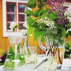 Regn och rusk, då tittar vi på denna härliga bild och tänker på alla gånger vi ska fika utomhus i sommar.  #sommar #fik...