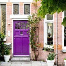 Vilken dörr! Familjen Kroeze vet hur man skapar en härlig entré. Visst blir man nyfiken att se resten av hemmet. Läs numm...