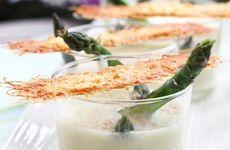 Grön sparrissoppa med parmesanflarn