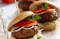 Grillad hamburgare med hamburgerdressing