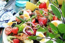 Sallad Niçoise med makrill och jordgubbar