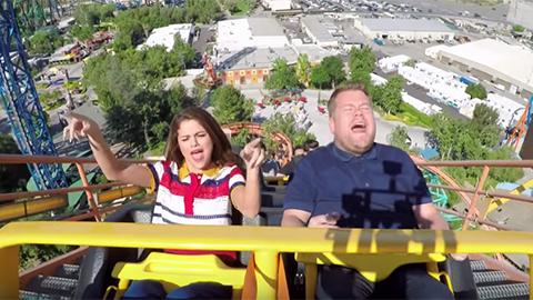 Selena Gomez sjunger karaoke, åker berg-och-dalbana och käkar McDonalds tillsammans med James Corden!