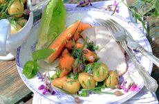 Melonsallad och kassler med gräslöksslungad färskpotatis