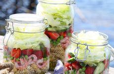 Räk- och pastasallad med jordgubbar i burk