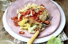 Blomkålspasta med kryddpepparstekt bacon