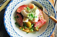 Ugnsbakad torsk med smörslungade betor, klyftpotatis och örtkräm