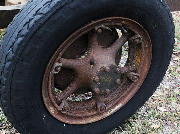 Vilken lastbil hade ekrade hjultallrikar av gjutjärn?