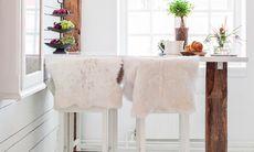 Ge ditt kök en helt ny look med ett barbord på betsade ben