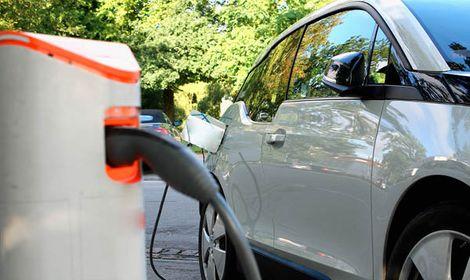 Forskarna förvånade: Nu sjunker priserna på elbilsbatterier snabbt