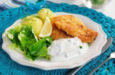 Panerad fisk med gräddfilssås i veckans meny
