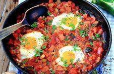 Falukorvs- och grönsakspanna med ägg
