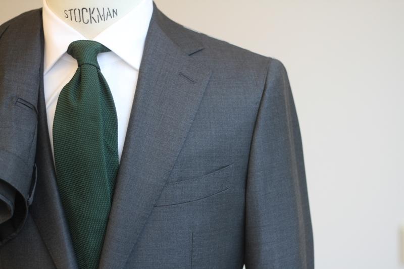 Klassisk businesskostym i antacitgrått med breda fina slag. Dubbelknäppt  modell ... 46c61714377b2