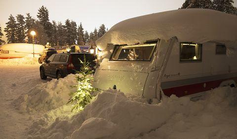 husvagn ute på vintern