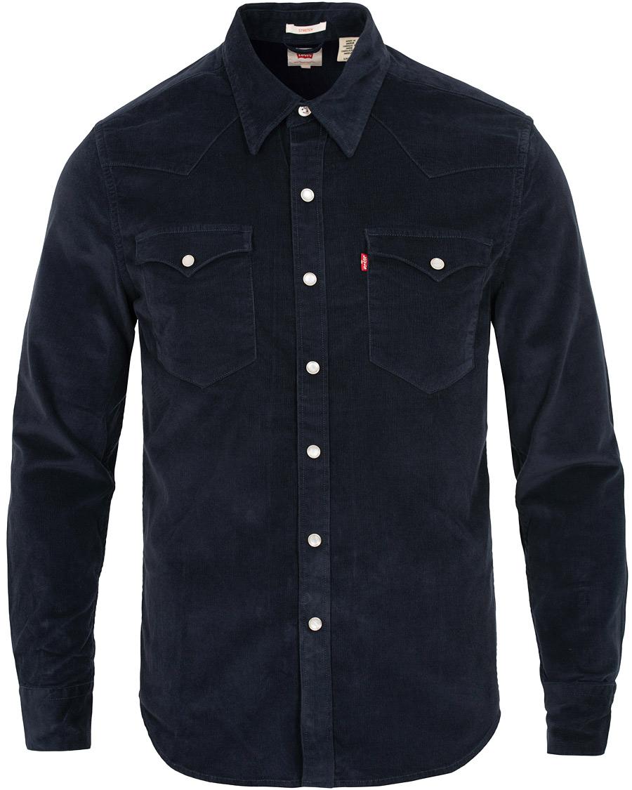 En western-inspirerad skjorta i mörkblå manchester kan vara fantastiskt  snyggt till en ledig stil. f0abb0b7523d6