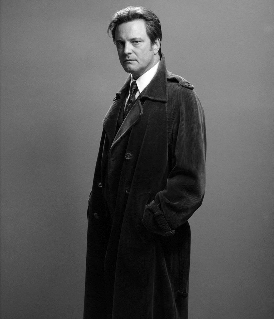 Colin Firth med en trenchcoat i manchester. 4fc16ee2f6855
