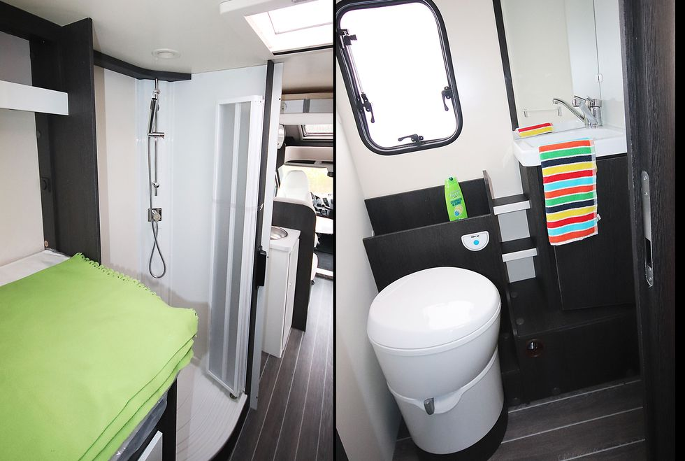Separat duschkabin mellan kök och ena bäddens fotända. Till höger  Med  toadörren öppen stänger man mot kök och umgängesdel. 43661eb5ea59f