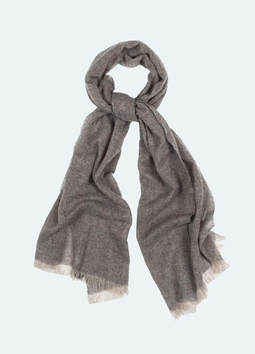 Berg   Berg har varje höstsäsong en rad eleganta scarfs i kashmir eller  kashmirblandningar. Här i den perfekta grå nyansen. a8efe6029b615