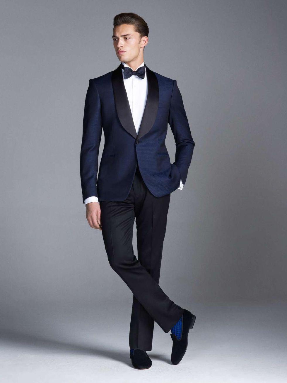 Mörkblå smoking är ett av de mest eleganta alternativ en man kan bära. Här  med Sjalslag från brittiska Gieves   Hawkes. 5bd12ce9dc726