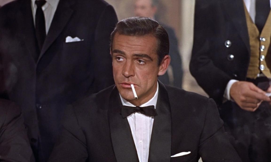 Sean Connery som James Bond i första filmen Dr No från 1962. Karaktären har  sen dess varit starkt förknippad med plagget som tolkats i mer eller mindre  alla ... e0d1dca406847