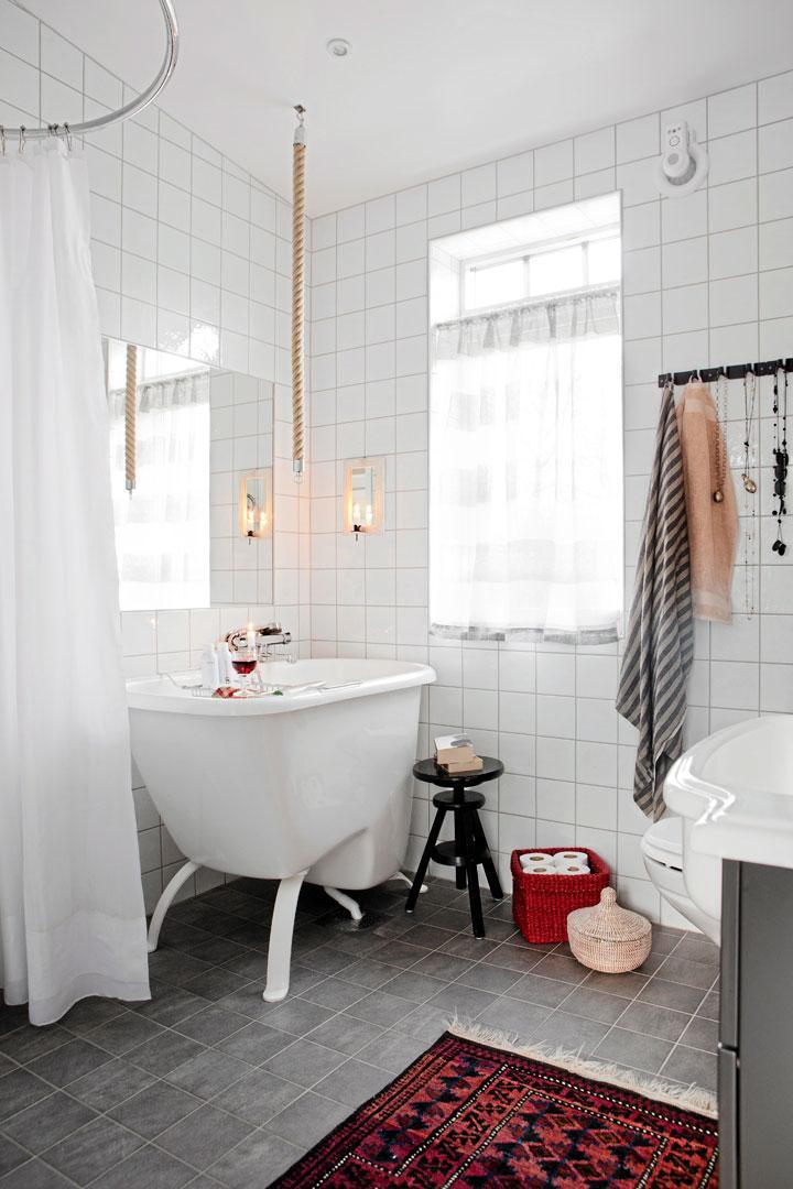 I badrummet finns både dusch och ett högt badkar för varma bad. Repet gör  det lättare att kliva i och ur. Orientalisk matta från Turkiet. b7caf335c4f6a