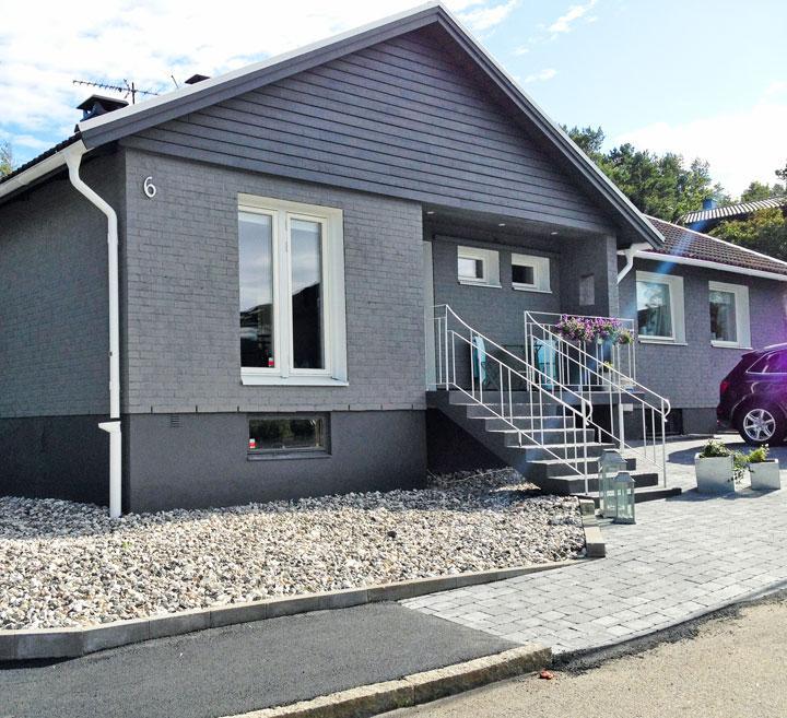 EFTER  När familjen bytte fönster stämde inte fasaden längre. Lösningen  blev att måla om i en grå nyans. d39bfc5795f29