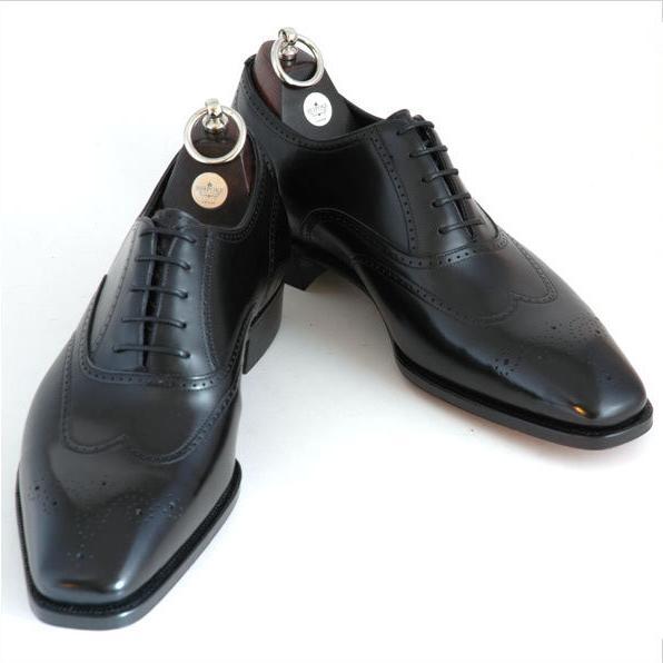 Normalt anses modellen för informell till kostym men i svart utförande med  diskret broguemönster är det en klassisk kostymsko i framför ... f85b0ef0df993