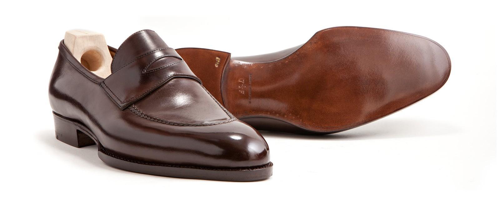 Eleganta Pennyloafers är ett fullt acceptabelt skoval till kostym på vissa  kontinenter. Här i en mörkbrun ton från Saint Crispin´s. 343cd1dd12d23