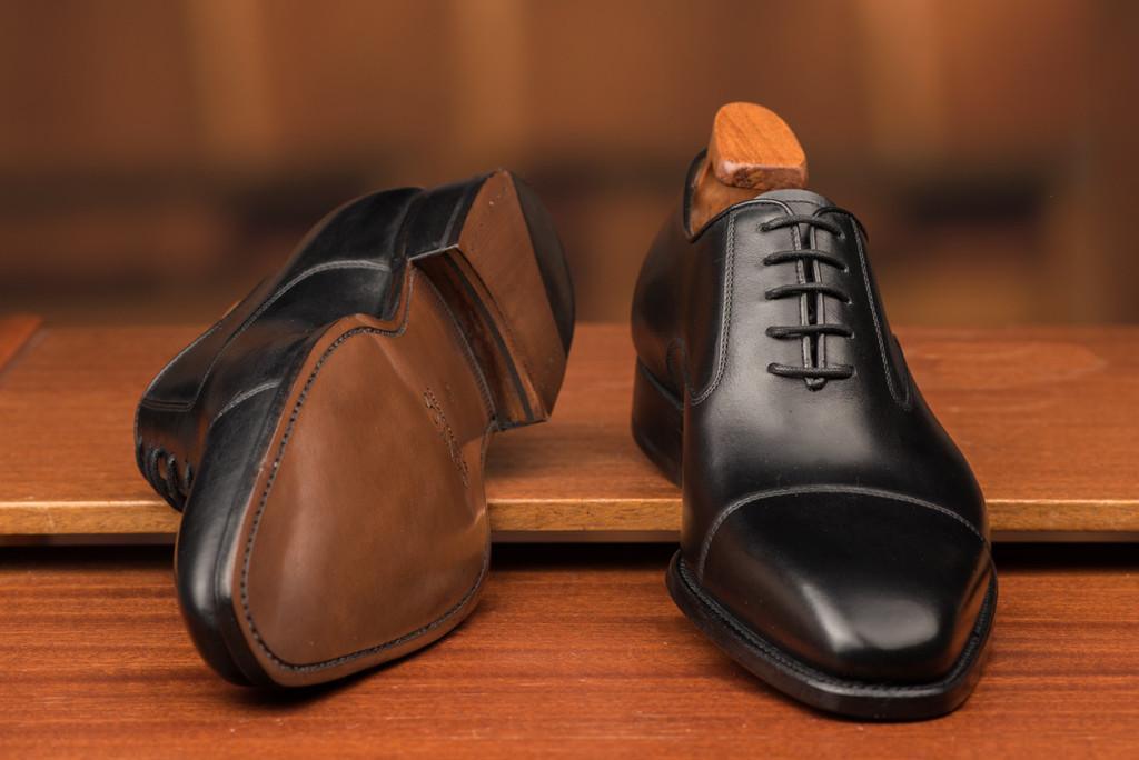 save off fd71c 0b7aa En klassisk svart oxford är den perfekta kostymskon.
