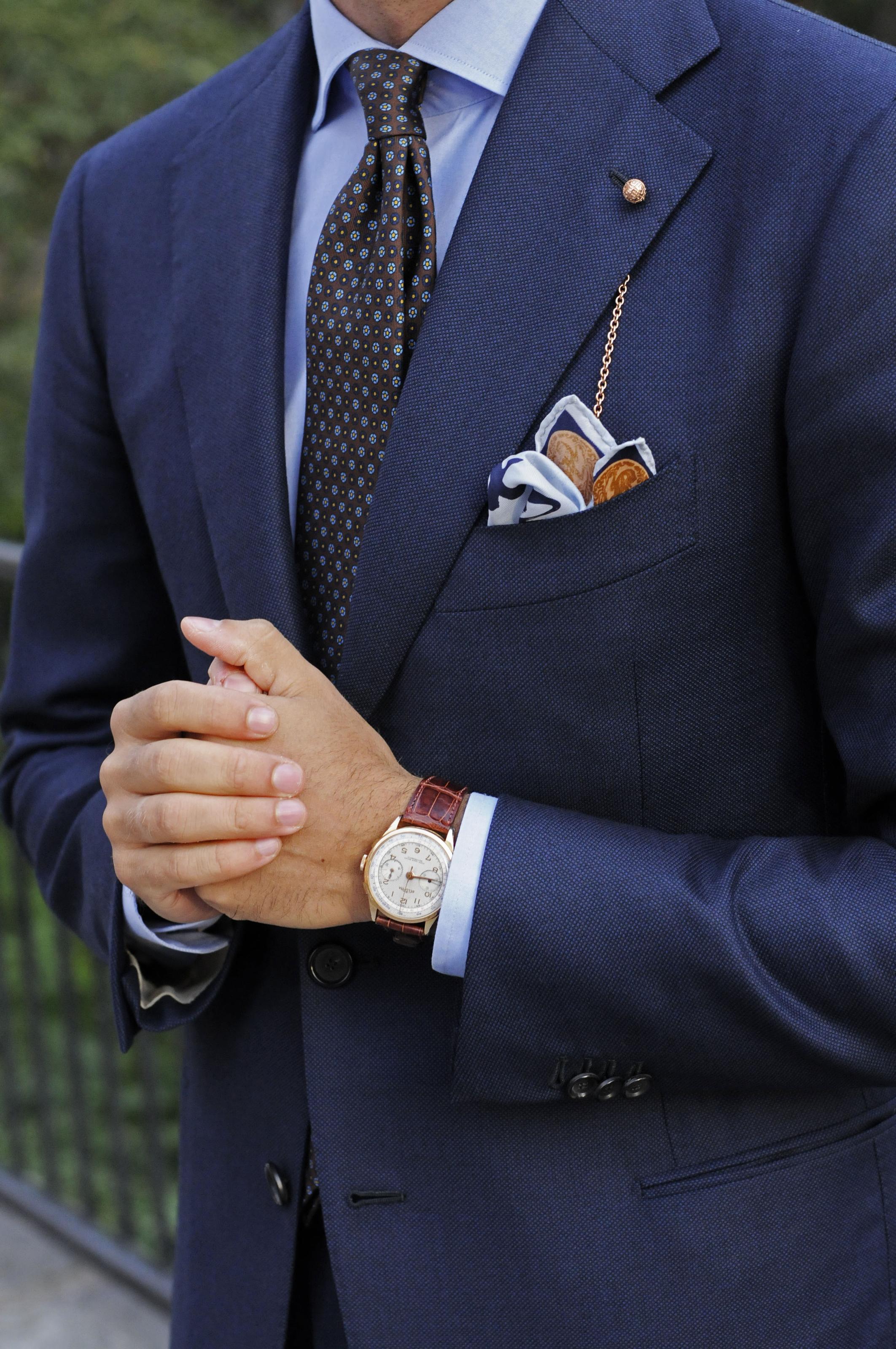 Metallen från kragkedjan och klockan går i samma ton och klockans läderband  som har en rödbrun nyans plockas upp i skorna som ni ser ovan. b2e0a2695198e