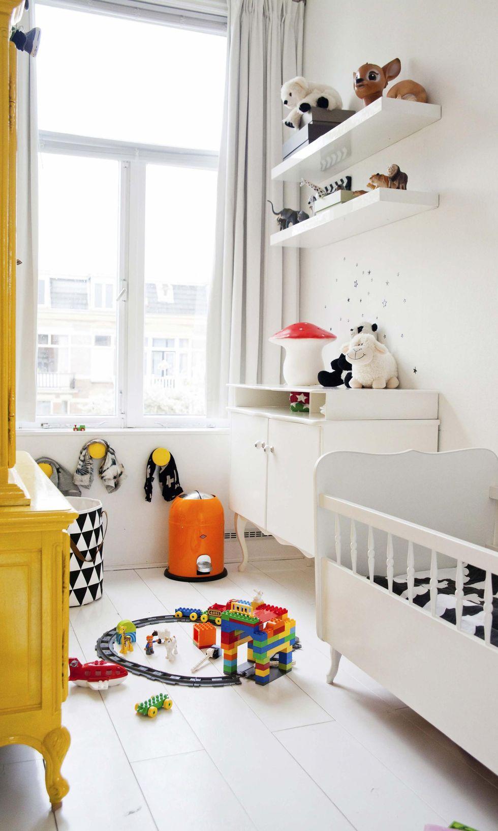 Det stora gula skåpet och den vita byrån är ommålade second hand-fynd.  Sängen hade Bea när hon var liten. Svartvit korg från Ferm Living ... 643edeb6e4563