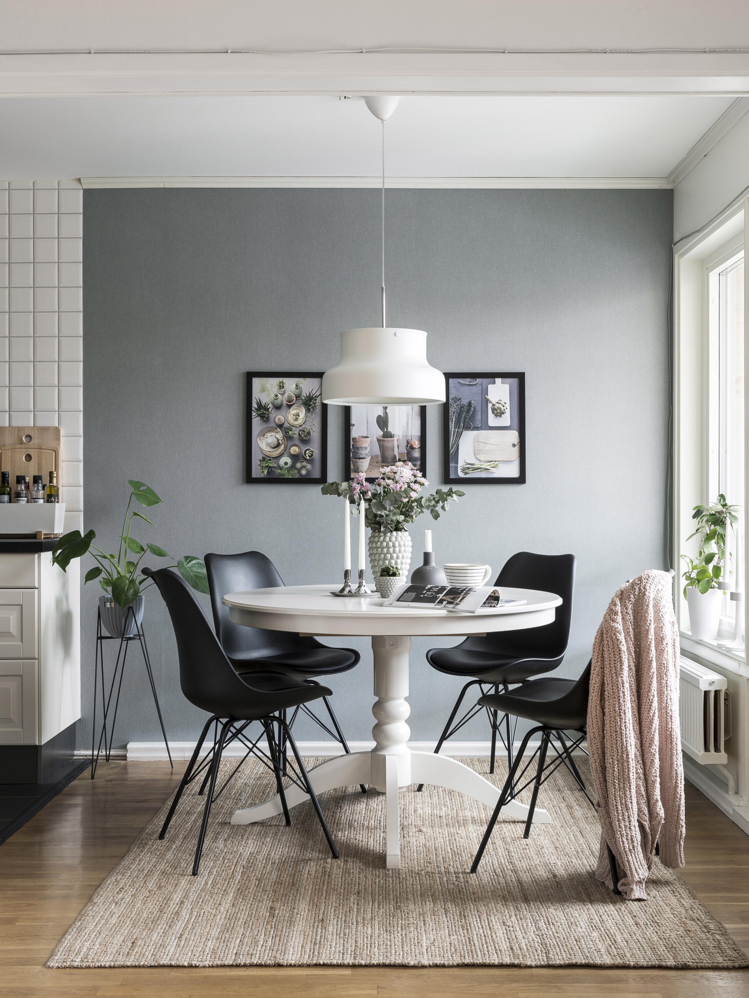 Så här snyggt blir det med svart och vitt mot vilsamt grå väggar ...
