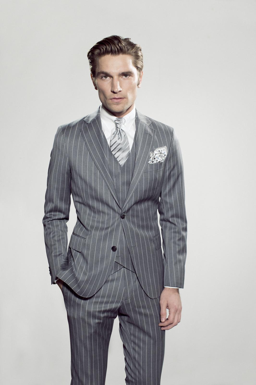 Kritstrecksrandig ljusgrå kostym av modellen Foley. 43c67ec31190b